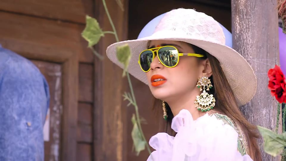 c4594a3d05b70 Sehrish Ali Gold Blouse look Episode 113 style inspiration ...