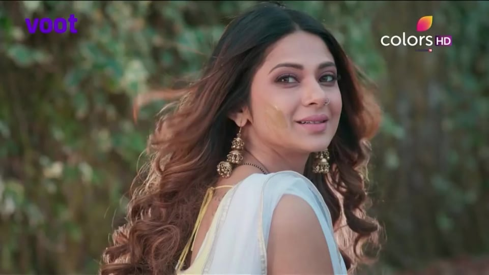 Jennifer Winget Celebrity Style In Bepannah Episode 01 2018 From Episode 01 Charmboard Jennifer winget hairstyle in beyhadh indian hairstyles for medium/long hair jennifer winget inspired hairstyles maya hairstyle in beyhadh hairstyles at home. earrings