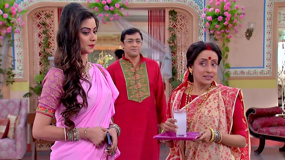 Mallika Majumdar Gold Bangles matching with look from