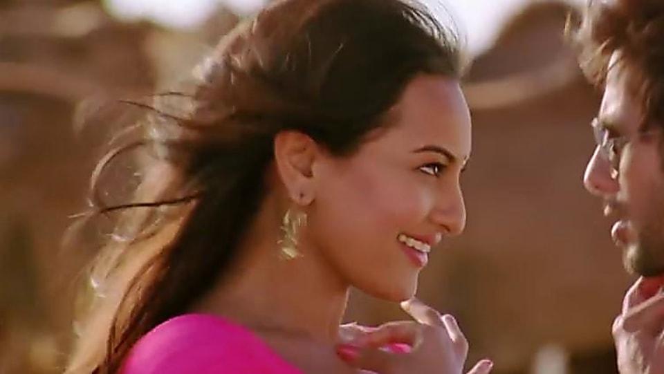 Sonakshi Sinha Gold Belt Matching With Look From Saree Ke Fall Sa R