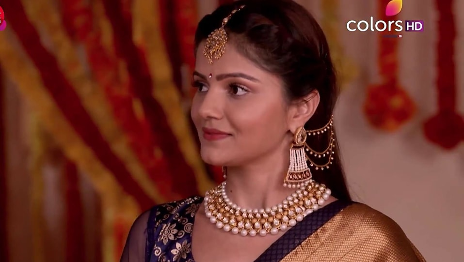 Rubina Dilaik Green Necklace matching with look from Episode