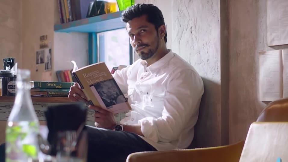 Randeep Hooda White Shirt and Blue Jeans look, Rahogi Meri style ...