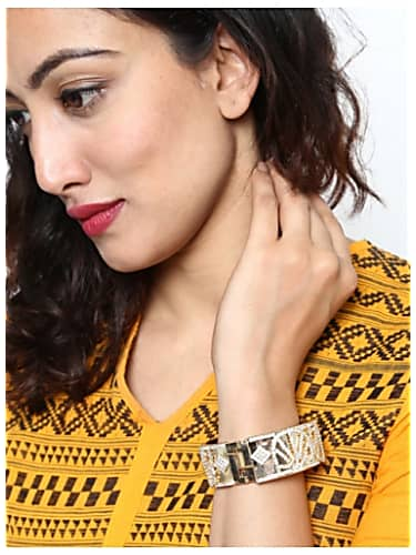 Tanu Khan Gold Bracelet matching with look from Episode 213, Yeh