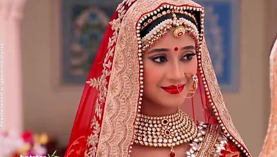 Shivangi Joshi Gold Jhumki matching with look from Episode 2340, Yeh