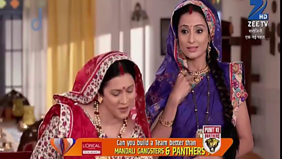 Salina Prakash Gold Bangles matching with look from Episode