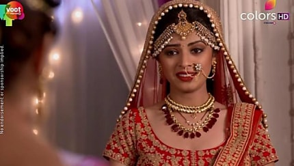 Rubina Dilaik Gold Earrings matching with look from Episode 169