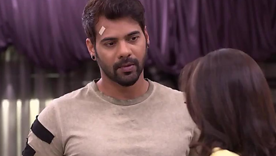 Shabbir Ahluwalia Grey T-shirt and Blue Jeans look, Episode 1007